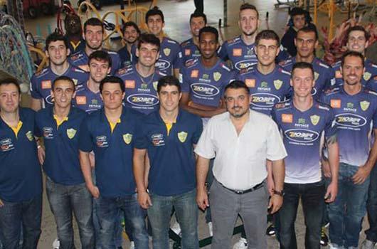 Jogadores do Ziober Maringá Vôlei visitam Ziober Brasil.