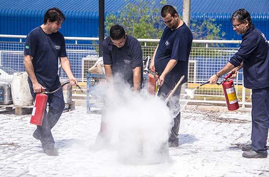 Colaboradores participam de treinamento de brigada de incêndio e emergência.