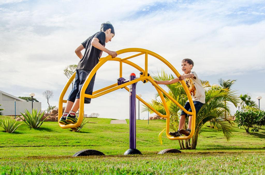 Crianças brincando na Gangorra de Pé Equilibrista