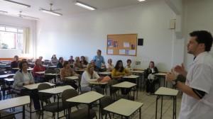 O coordenador do projeto, Leonardo Pestillo, esclarece dúvidas das mulheres com fibromialgia (Foto: Arquivo Pessoal)