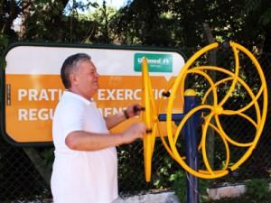 João Roberto se exercitando na academia ao ar livre